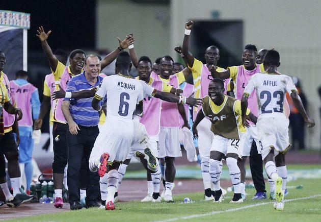Fotbalisté Ghany a jejich kouč Avram Grant (v modrém polo triku) slaví postup do finále mistrovství Afriky.