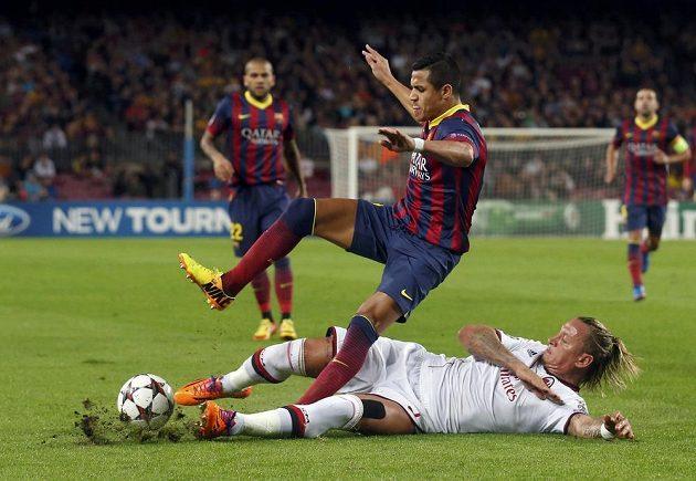 Obětavý skluz obránce AC Milán Philippa Mexese na Nou Campu proti útočníkovi Axisovi Sánchezovi.