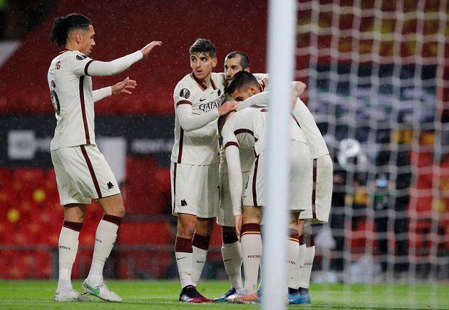 Fotbalisté AS Řím se radují z branky do sítě Manchesteru United