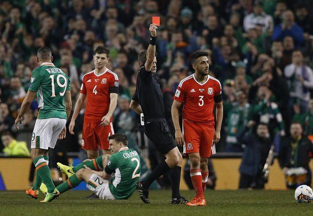 Velšan Neil Taylor obdržel červenou kartu za zákrok na Ira Colemana.