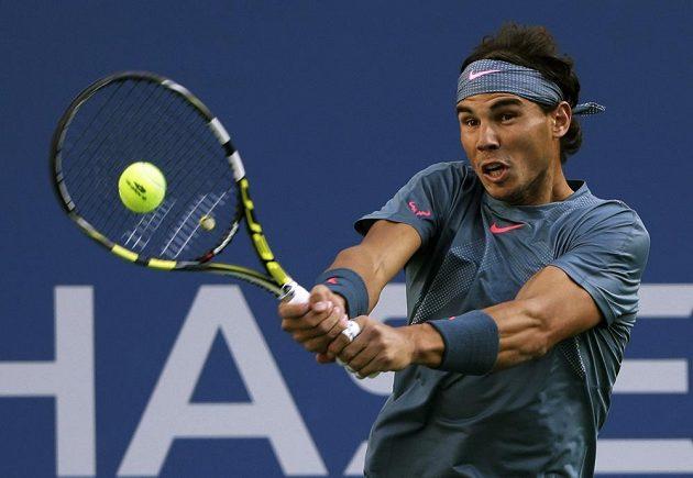 Bekhendový úder Rafaela Nadala ve finále US Open proti Novaku Djokovičovi.