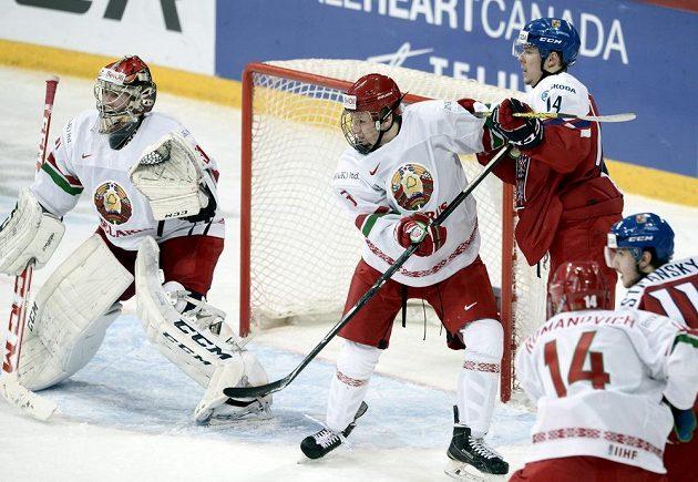 Filipa Chlapíka (vpravo) brání Bělorus Ilja Suško. Vlevo brankář Ivan Kulbakov.
