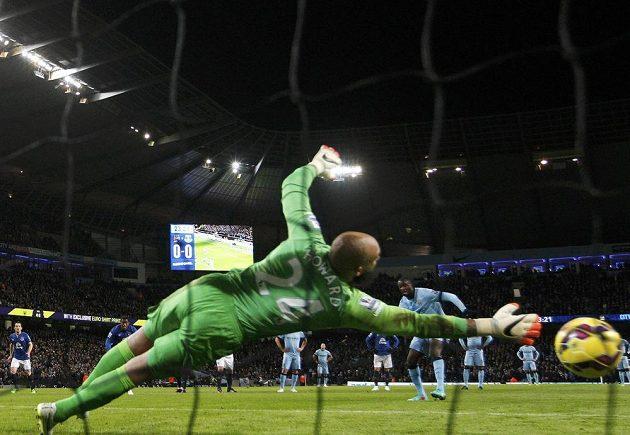 Yaya Touré z Manchesteru City střílí gól z pokutového kopu. Brankář Evertonu Tim Howard už na míč nedosáhl.