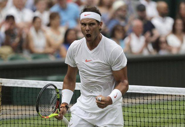 Rafael Nadal slaví po jedné z vyhraných výměn nad Novakem Djokovičem.