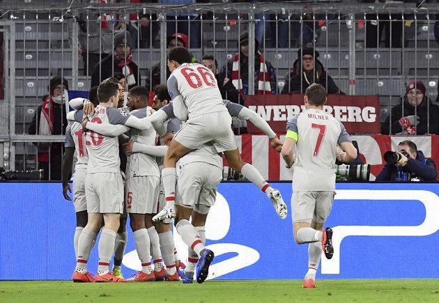 Liverpool poslal do vedení na hřišti Bayernu Sadio Mané. Fotbalisté anglického týmu měli obrovskou radost.