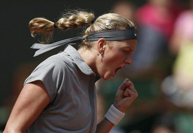 Petra Kvitová se raduje během utkání 3. kola French Open proti Rusce Kuzněcovové.