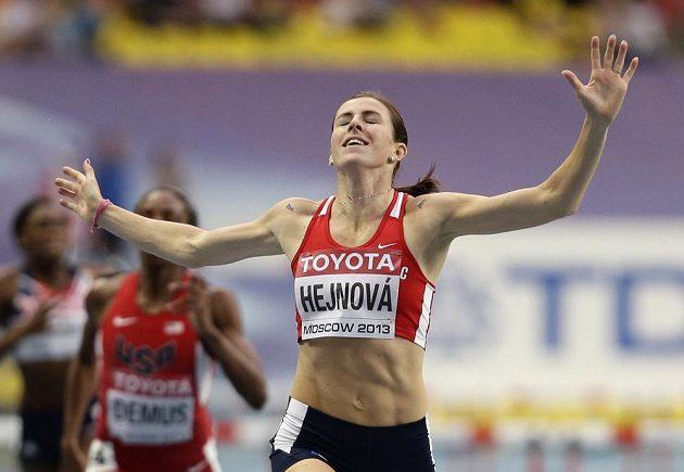 Zuzana Hejnová probíhá vítězně cílem sbětového šampionátu v Moskvě.