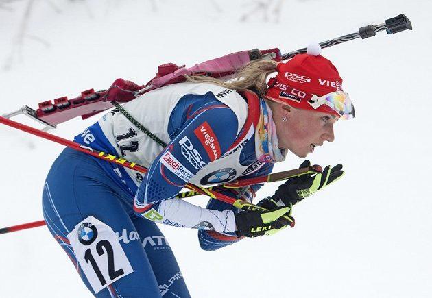 Eva Puskarčíková na trati nedělního závodu při SP v Oberhofu.