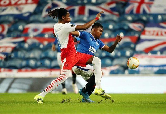 Slávista Simon Deli (vlevo) v tvrdém souboji s Alfredem Morelosem z Glasgow Rangers.
