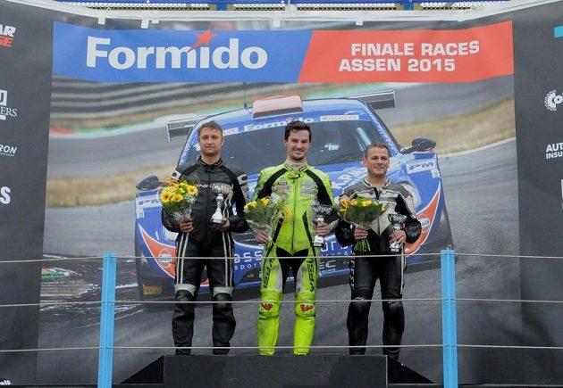 Adam Kout s pohárem pro vítěze (uprostřed).