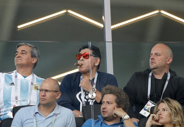 """Diego Maradona sleduje s doutníkem v ústech utkání """"své"""" Argentiny proti Islandu."""