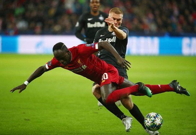 Liverpoolský útočník Sadio Mané zkouší pláchnout Rasmusi Kristensenovi ze Salcburku.