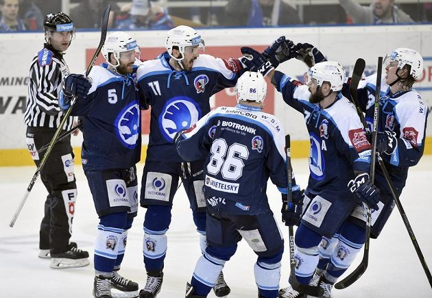 Zprava Matyáš Kantner, Milan Gulaš, Tomáš Mertl, Michal Moravčík a Nicholas Jones z Plzně se radují z vyrovnávacího gólu.