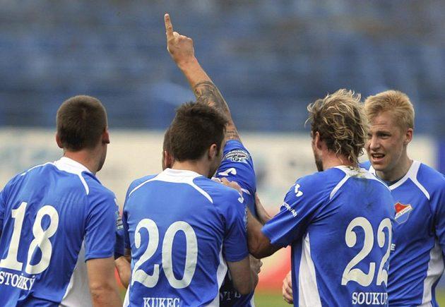 Antonín Fantiš z Baníku Ostrava (uprostřed) se raduje se svými spoluhráči z branky.