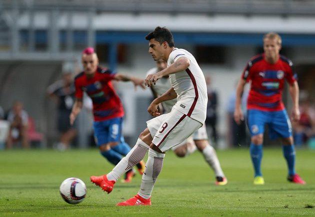 Diego Perotti z AS Řím proměňuje penaltu v zápase proti Viktorii Plzeň.