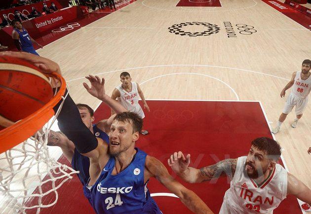 Jan Veselý skóruje v utkání s Íránem.