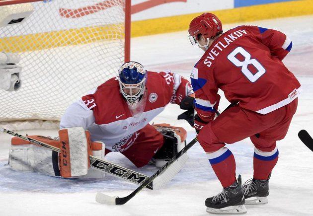 Dánský gólman Thomas Lillie a Rus Andrej Svetlakov ve čtvrtfinále MS dvacítek.