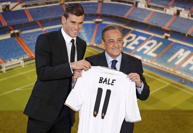 Prezident Realu Madrid Florentino Pérez (vpravo) představuje Garetha Balea.