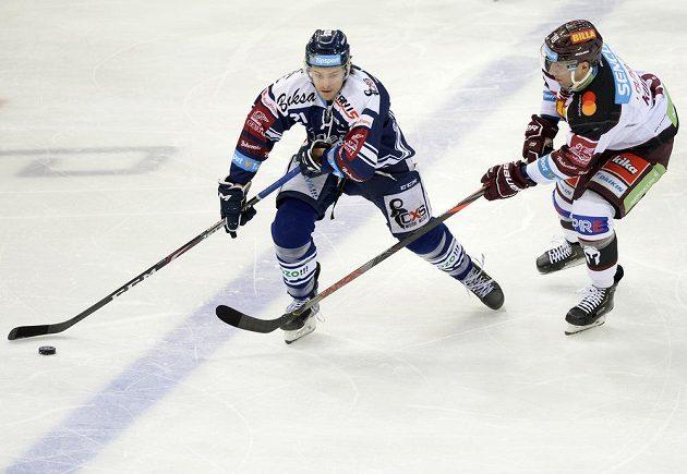 Vítkovický hokejista Alexandre Mallet a Andrej Kudrna ze Sparty.