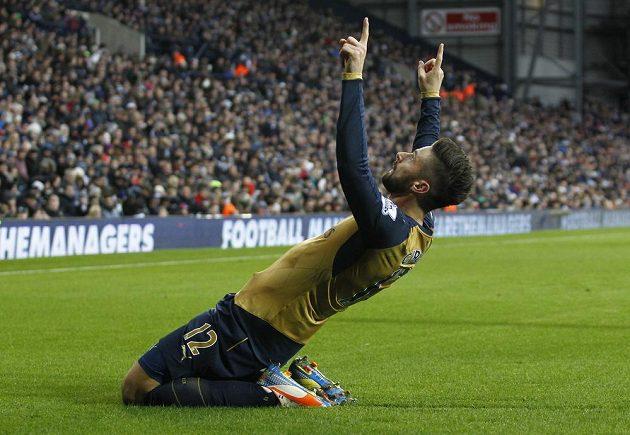 Útočník Arsenalu Olivier Giroud se raduje z gólu na hřišti West Browiche.