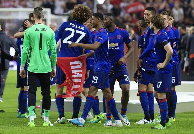 Už je konec. Fotbalisté Manchesteru United už vědí, že získali trofej pro vítěz Evropské ligy.