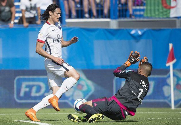 Edinson Cavani se snaží uspět přes brankáře Anthonyho Lopese.
