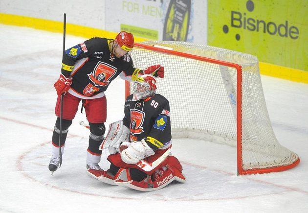 Zklamaní královéhradečtí hokejisté po porážce se Spartou. Vlevo je obránce Jiří Vašíček, vpravo brankář Ondřej Kacetl.
