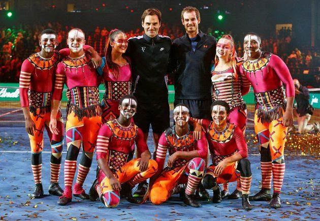Nakonec se Roger Federer s Andym Murraym vyfotili s jihoafrickou skupinou Zip Zap Circus, která po utkání vystoupila.
