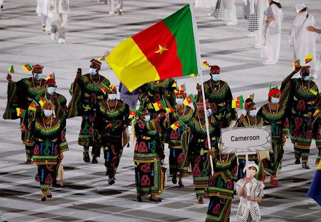 Kamerunská výprava nastupuje na Olympijský stadion během zahajovacího ceremoniálu LOH 2021 v Tokiu.