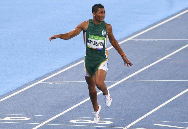 Wayde van Niekerk z Jihoafrické republiky vbíhá do cíle finálového závodu na 400 metrů, v němž stanovil nový světový rekord.