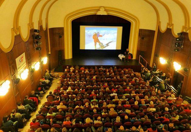 Přednáškový sál je pro profesionálního horolezce téměř druhým domovem. O zážitky z hor bývá velký zájem.
