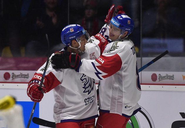 Český reprezentant Tomáš Mertl objímá střelce prvního gólu Davida Tomáška (vpravo).