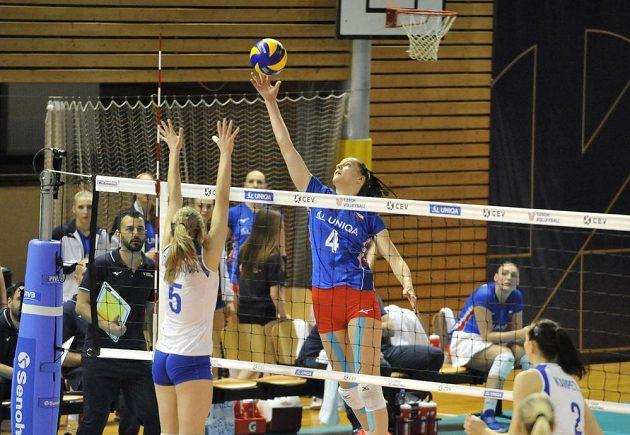 Karyna Denysovová z Ukrajiny a Gabriela Orvošová z ČR v akci během utkání Evropské ligy volejbalistek.