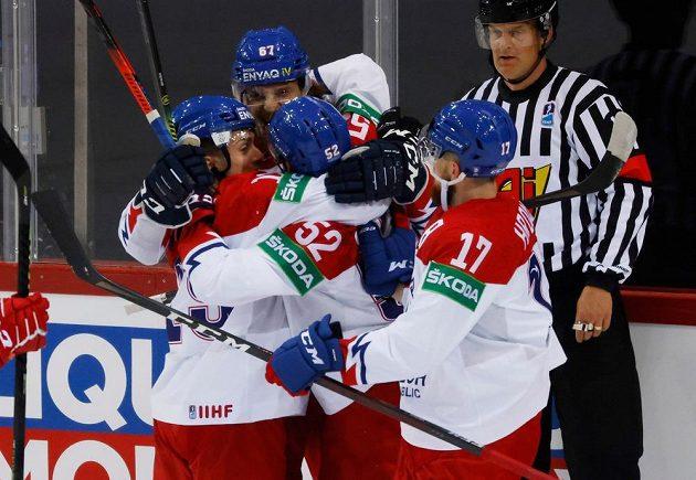 Čeští hokejisté se radují z vyrovnávacího gólu proti Rusku na MS.