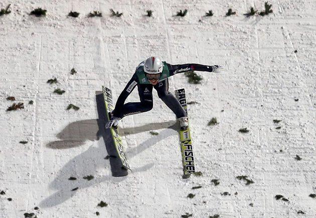 Švýcarský skokan na lyžích Simon Ammann neustál dopad při posledním závodě Turné v Bischofshofenu.