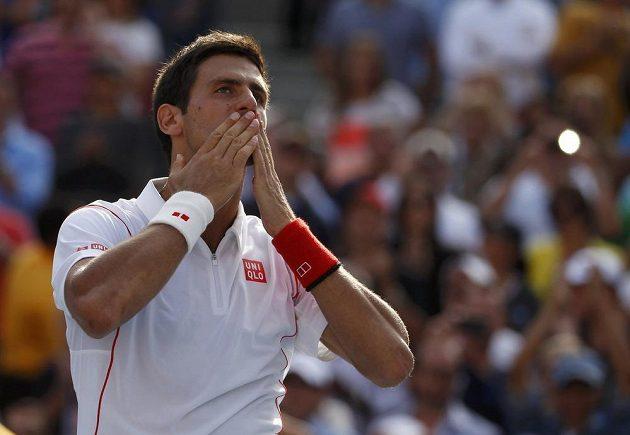 Srbský tenista Novak Djokovič se raduje z výhry nad Švýcarem Stanislasem Wawrinkou.