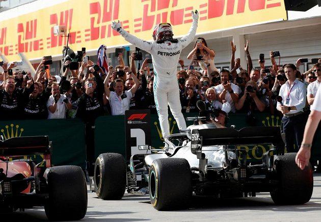 Jezdec Mercedesu Lewis Hamilton slaví vítězství ve Velké ceně Maďarska.