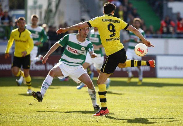 Robert Lewandowski (vpravo) z Borussie Dortmund v souboji s Thomasem Kleinem z Fürthu.