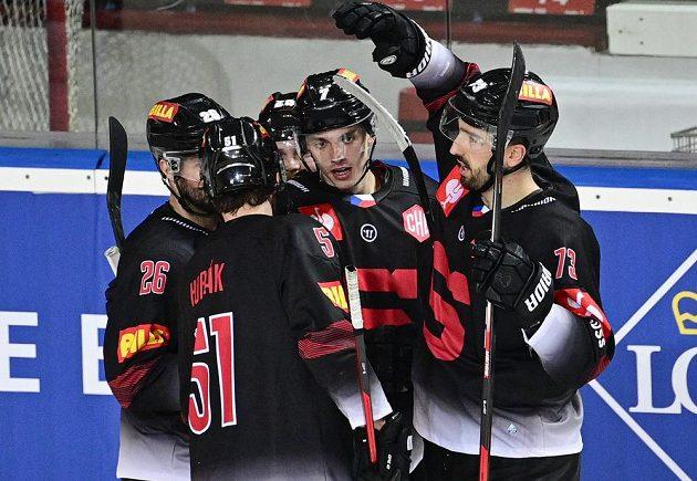 Střelec pátého gólu Sparty Ondřej Mikliš (uprostřed) přijímá gratulace od spoluhráčů během utkání hokejové Ligy mistrů.