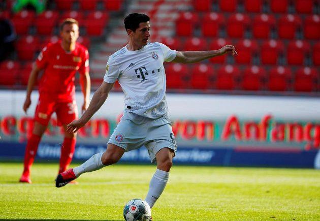 Robert Lewandowski z Bayernu proměňuje pokutový kop proti Unionu.