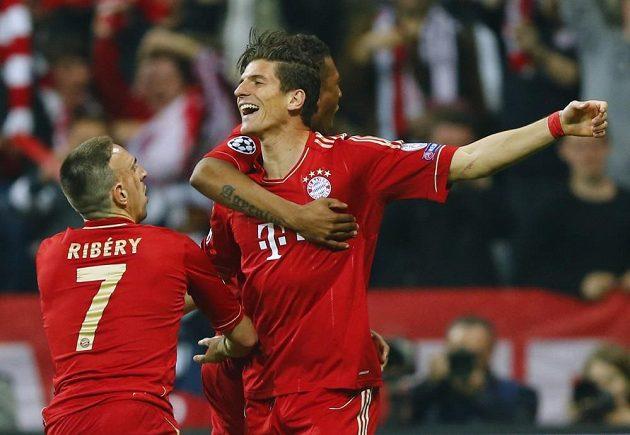 Mario Gomez z Bayernu slaví se spoluhráčem Franckem Ribérym a Davidem Alabou gól proti Barceloně.