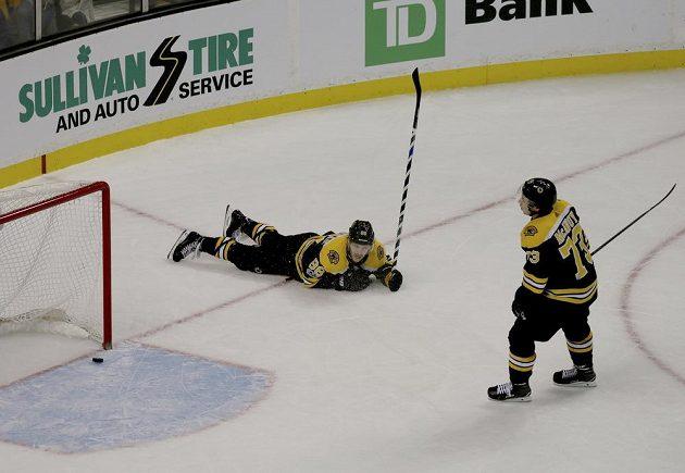 Bostonští David Pastrňák (88) a Charlie McAvoy (73) poté, co jejich tým inkasoval gol od Edmontonu.