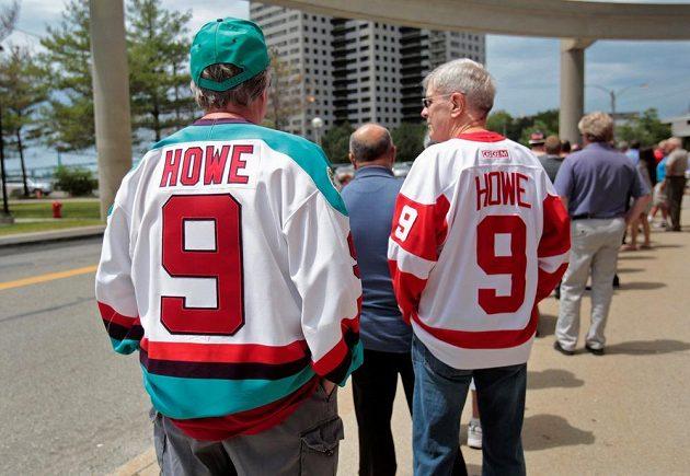 Fanoušci Red Wings v dresech Gordieho Howea.
