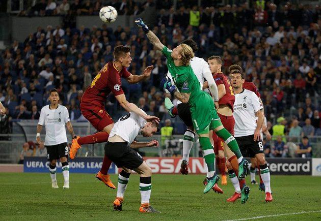 Brankář Liverpoolu Loris Karius vyboxovává míč před dotírajícím útočníkem AS Řím Patrikem Schickem.