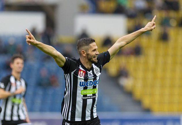 Petr Javorek z Českých Budějovic se raduje z gólu.