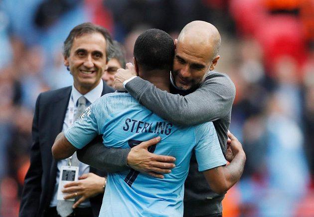 Pep Guardiola a Raheem Sterling se radují ze zisku poháru