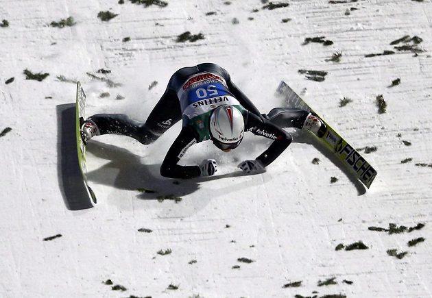 Švýcar Simon Ammann při drsném pádu v Bischofshofenu.