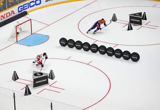 Souboj Erika Karlsson (65) z Ottawy a Taylora Halla (6) z Edmontonu v soutěži o nejrychlejšího bruslaře při dovednostních soutěžích NHL.