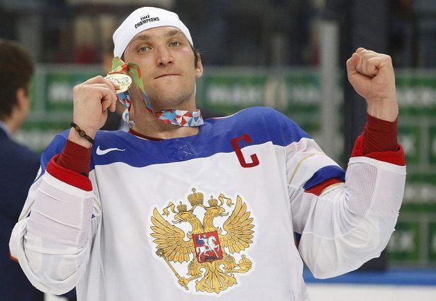 Kapitán ruské hokejové reprezentace Alexander Ovečkin se zlatou medailí z MS v Minsku.