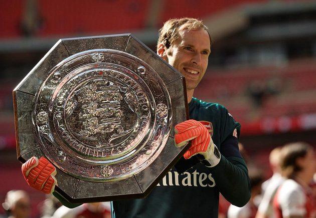 Petr Čech s trofejí pro vítěze Community Shield.